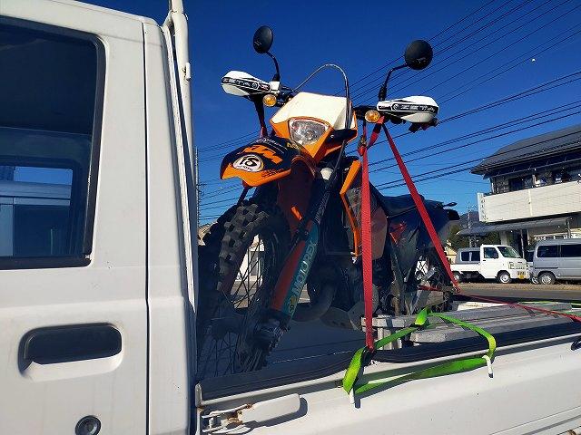 KTM125EXC。軽トラに乗せるときもサイドスタンドに頼れません。