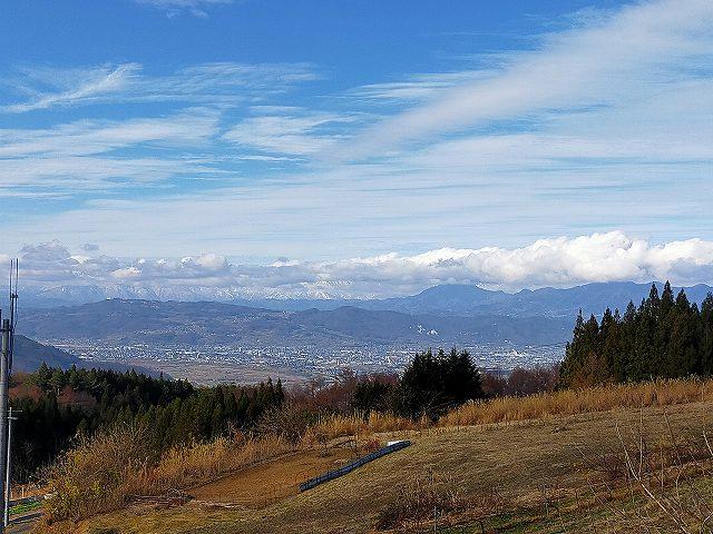 神社裏の元ゴルフ場のグリーンの上からの光景。
