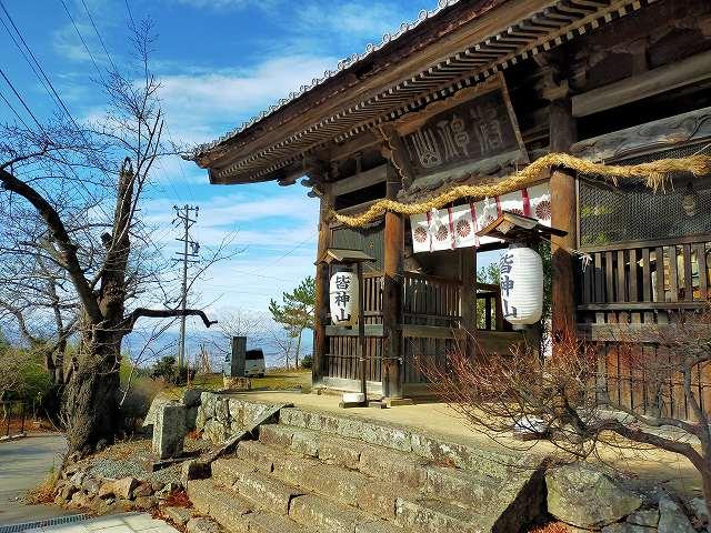 皆神山の頂上にある皆神神社。結構立派です。