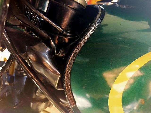 Z750D1。タンクのモールに使うとハーネスの傷防止になる。