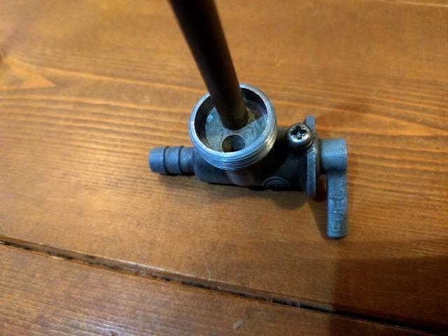 Z1-Rの純正コック。コックに直接空いてる穴が「RES」時の穴。