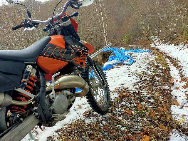 KTM125EXC。次のブラインドコーナーの先は多分雪山。