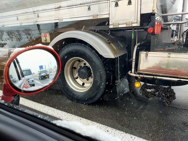 停車中はタイヤが跳ね上げる水はわかりませんが。