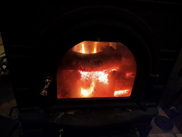 自分で割った薪で焚く薪ストーブだからこそ暖まるのです。