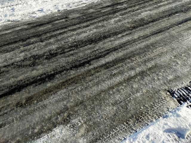 冬の雪国の道路は毎朝こんなですよ。