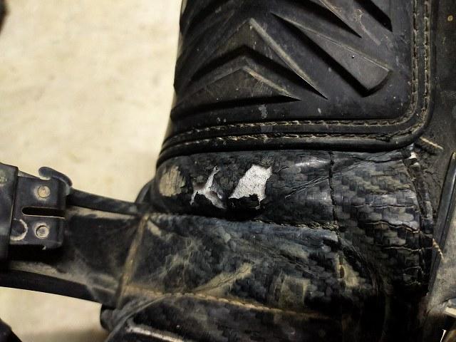 具体的には足首の前、バックルの裏のビニール部が破れる。