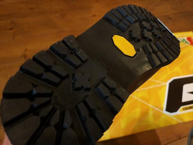 林道ツーリングではブーツ裏がこういうやつがいいですよ。