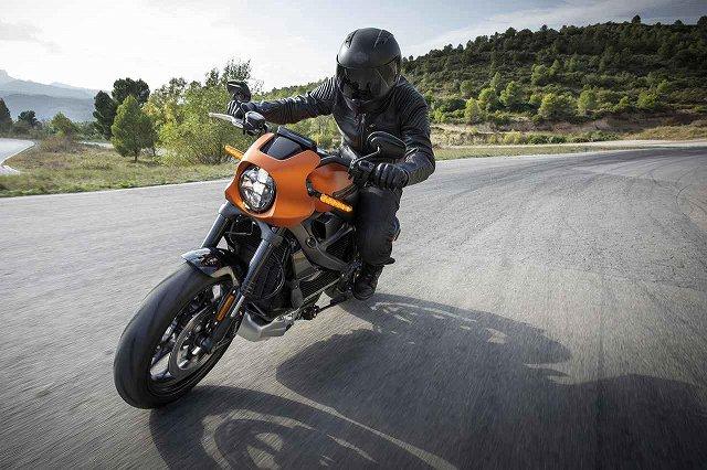 EVのバイクは速いらしいですが。