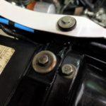 Z1-R。リアカウルを固定するブッシュの上にも幅広ワッシャーが。