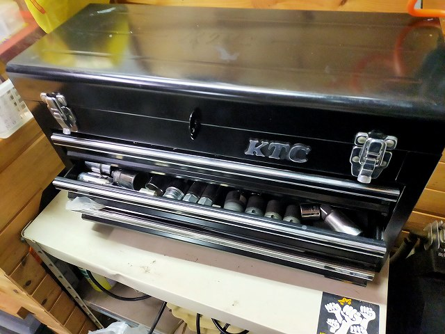 ガレージのサブツールワゴンにはKTCの立派なセットも持ってるのだ。