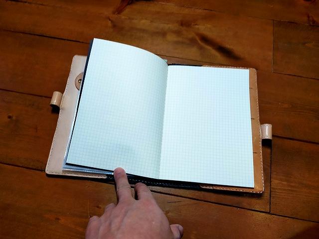 革細工で作った車検証入れにノートを挟んでみた。