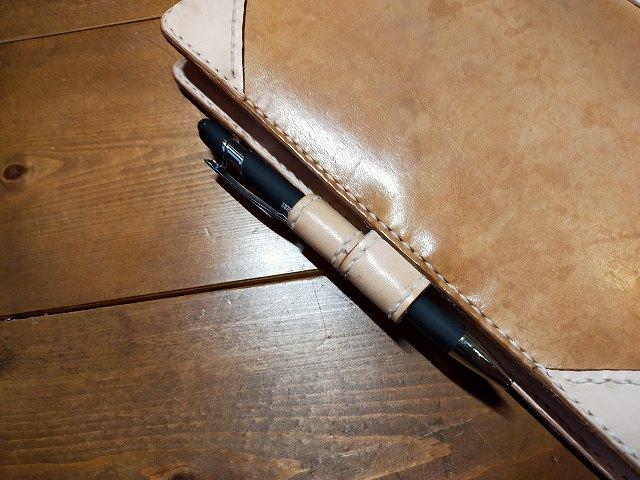 そしてオリジナルの車検証入れはご丁寧にペンも格納できる。