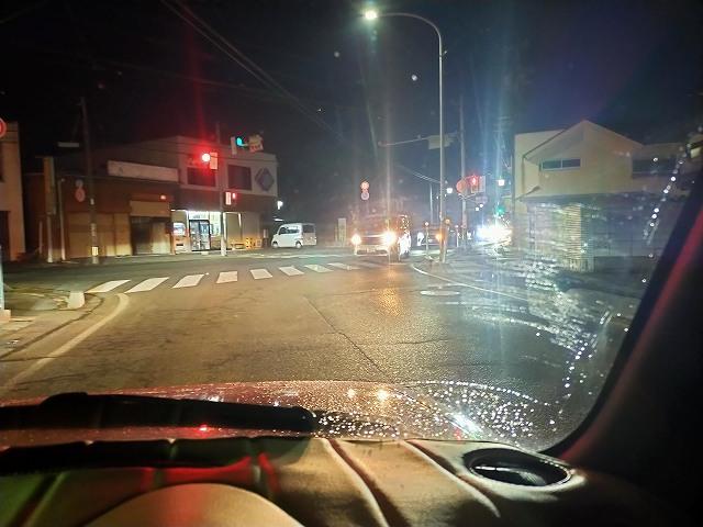 対向車のハイビームで車内が明るくなるくらい眩しい。
