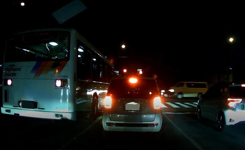 隣のバスのライプと比べるとテールランプの眩しさが一目瞭然。