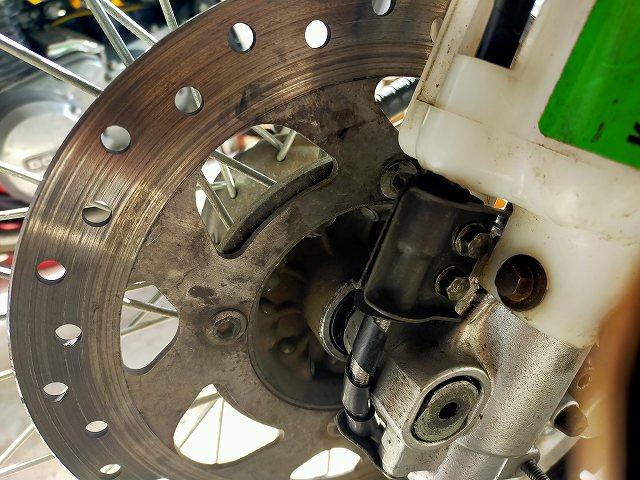 KDX125SR。こういうクランプ部で雑にやるとテフロンホースがつぶれちゃう。