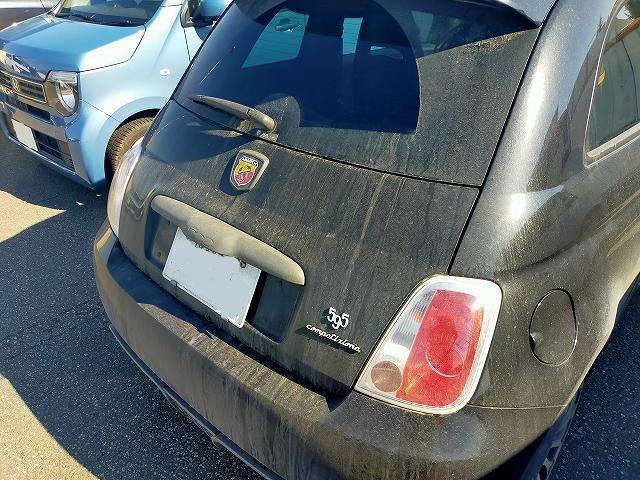 アバルト595。これくらいすぐ汚れるのですよ、冬は。