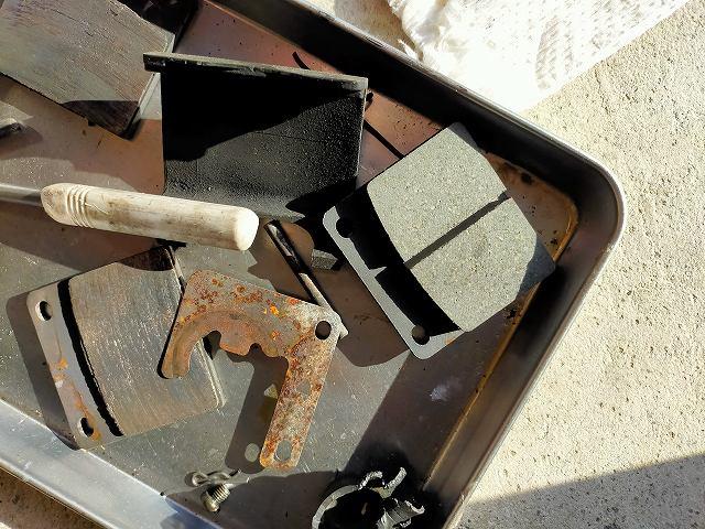 キャリパー掃除ついでに、ストックしてあったブレーキパッドも新品にしてやったぜ。