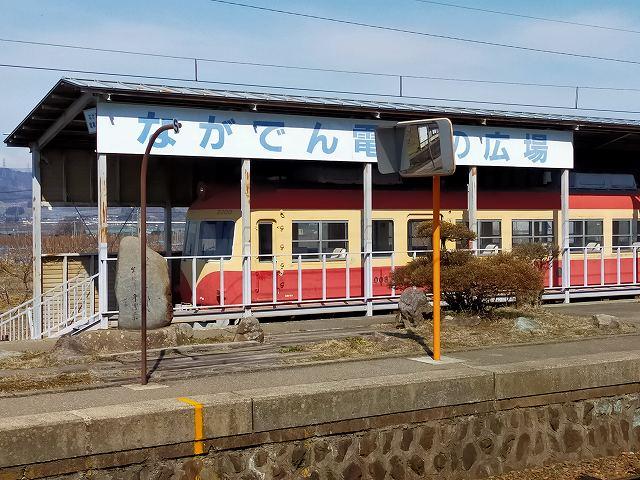 長野電鉄の旧車両が展示されている小布施駅。