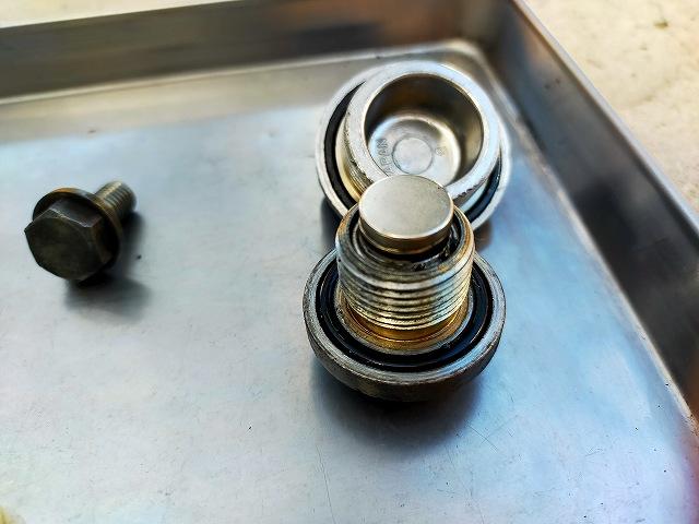 Z1-R。ドレンボルトに100円均一のネオジム磁石を付けたらスラッジ捕れる捕れる(笑)