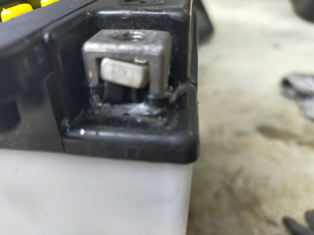 バッテリーのターミナルの下方にタイラップで締め付けてナットを浮かすのだ。