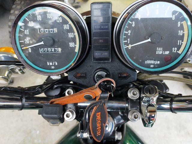 Z750D1。ハンドルポスト右側に追加のヘルメットホルダーが見える。