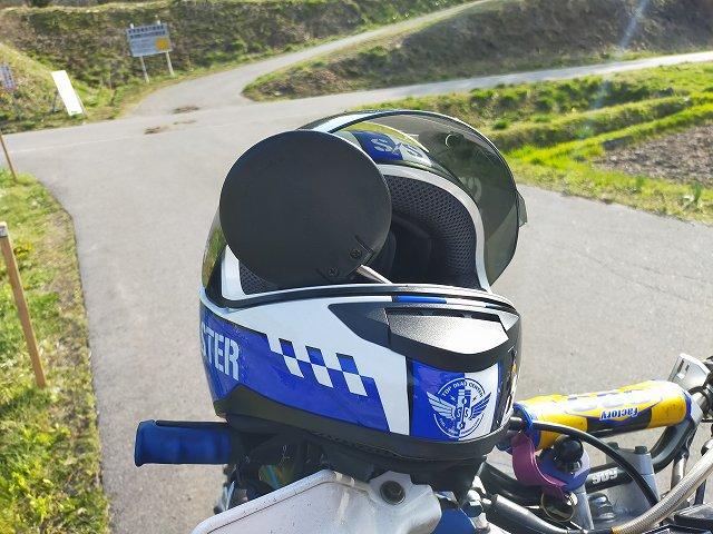 当倶楽部推奨のヘルメットの掛け方。