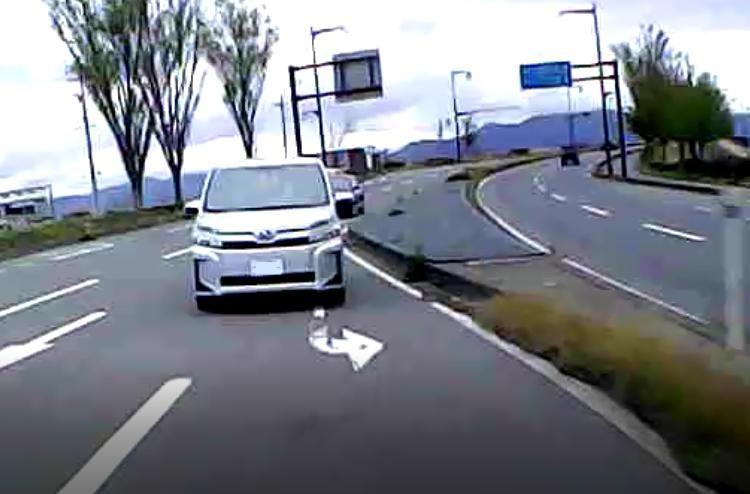 この人前が詰まってて右折帯に入りきれないのにウインカー出さずに後続が渋滞に。