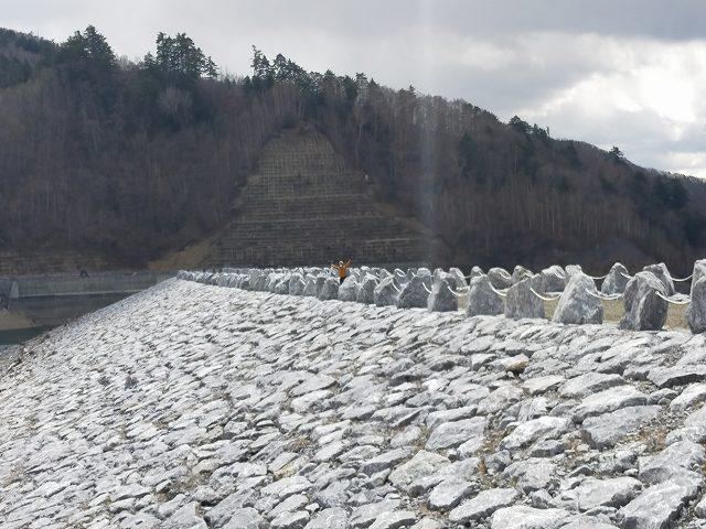 南相木ダム。こんなきれいなところ汚すなって感じです。