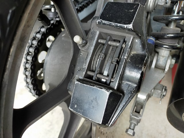 Z1-R。ブレーキパッドの厚さはノギスで測るのです。