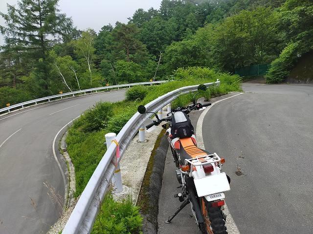 セロー225W。ミニ四駆のコースっぽいがリアル道路だ。