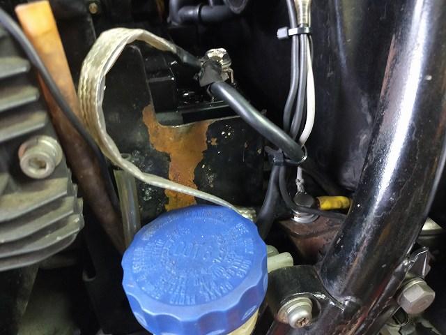Z1-R。古いバイクのバッテリーケースは大抵錆びています。
