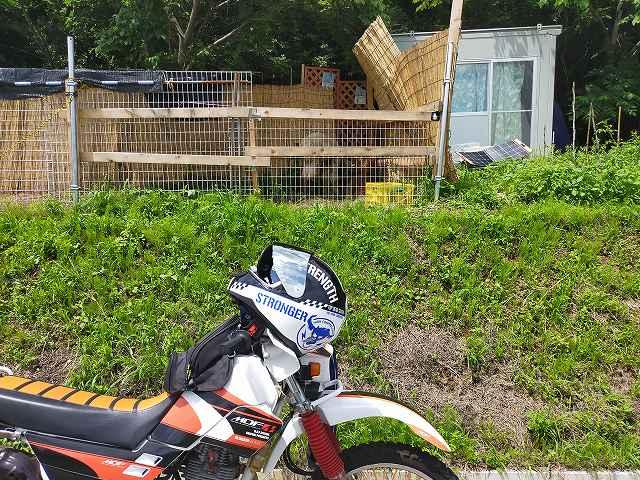 ちょっと画像が良くないがアルパカの小屋とセロー225W。