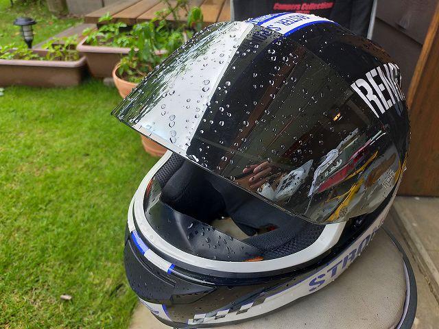 土砂降りツーリング帰宅直後。ヘルメットから水が垂れる。