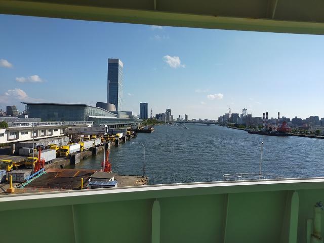 フェリーから見た新潟の佐渡汽船ターミナル。