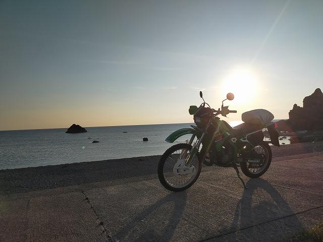 KDX125SR。日が沈んでいく入崎キャンプ場にて。