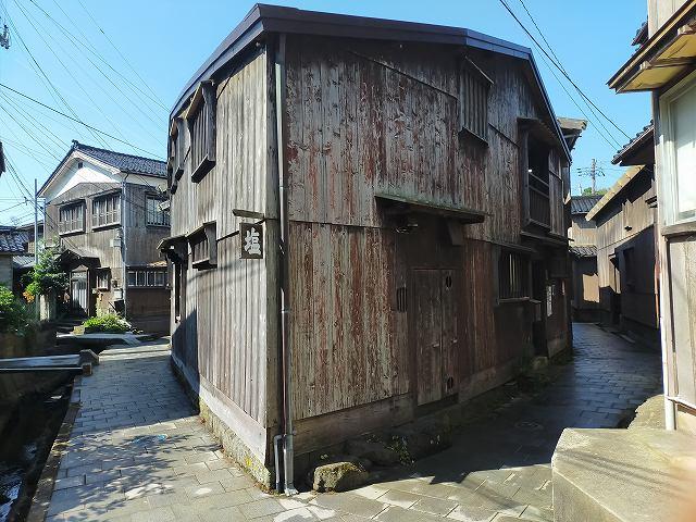 吉永小百合さんのポスターはこの建物のわきで。