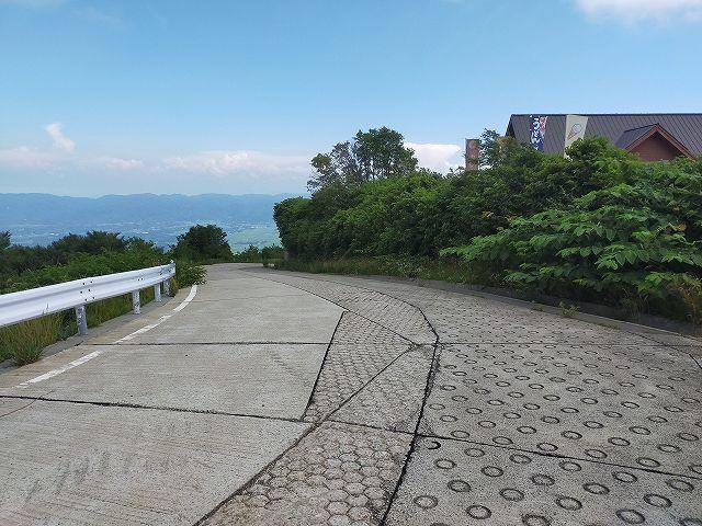 登り車線が途中から簡易舗装の滑り止め付きになる。