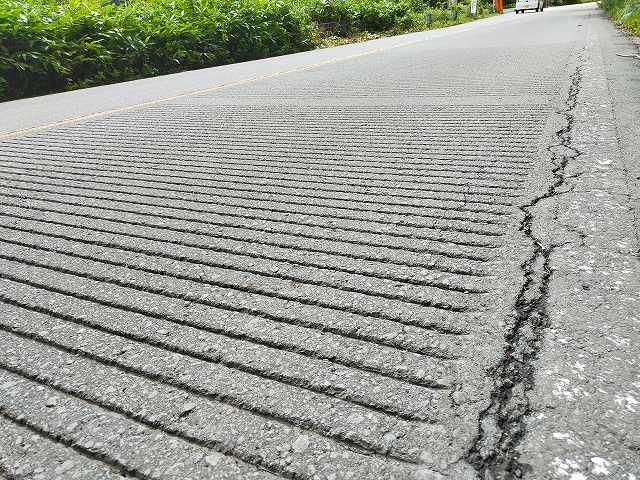 この溝がタイヤと触れ合って音が出る。