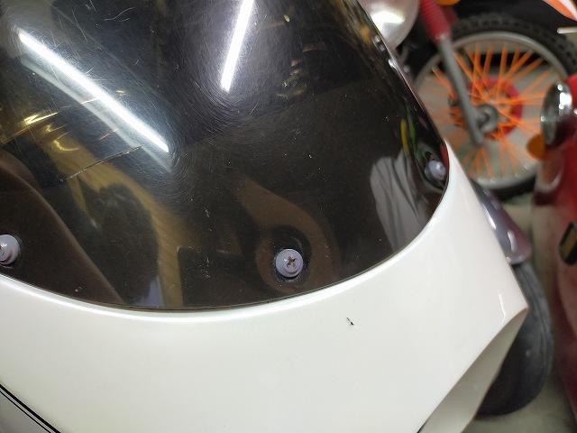 Z1-R。スクリーンとカウルの間にゴム板噛ませて浮かせることは出来る。