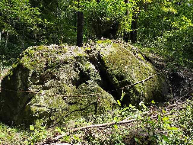 割れてる岩は全部で3つある。