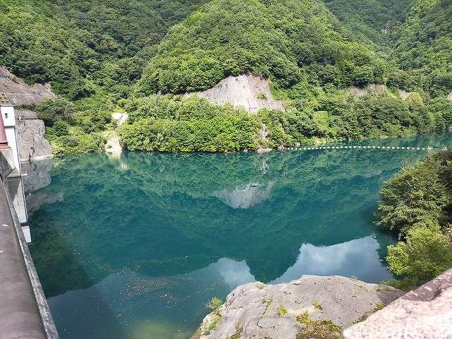 当日は雲が多かったですがこのダム湖の色がすごい。