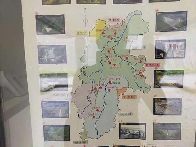 ダムの事務所の扉に貼ってあった県内ダムの案内図。