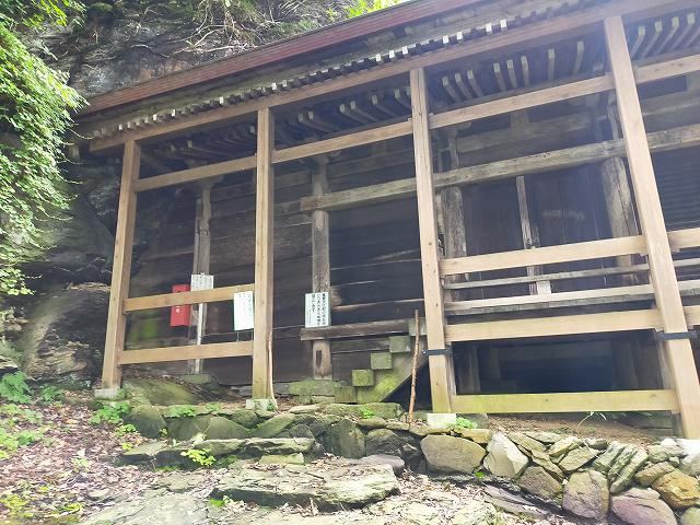 小菅神社奥社は地味ですが威風堂々とした建造物でした。