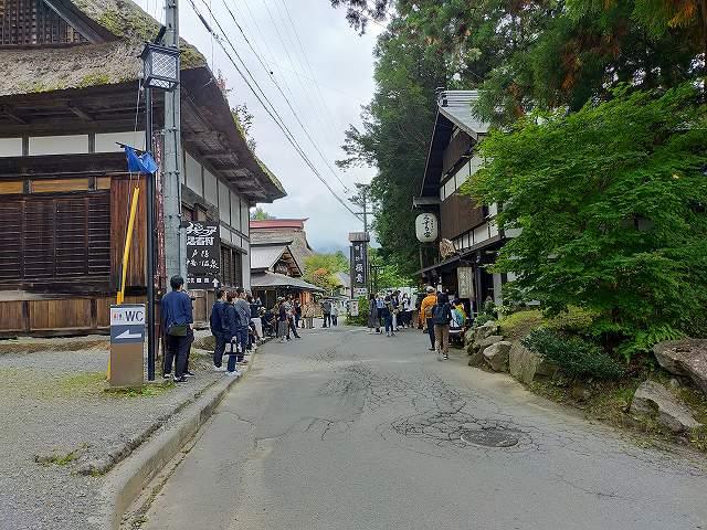 この細い道の右側がお蕎麦屋さん。